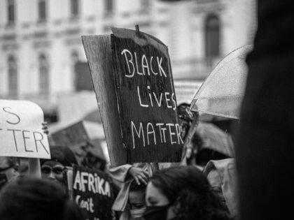 Policjantka, która zastrzeliła czarnoskórego została aresztowana! Protesty w Minneapolis!